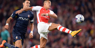 soccer-arsenal-arsenals-alexis-sanchez-right-stretches-for-the-GIDIBASE