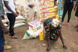 Flavour-gives-to-widows-in-Enugu