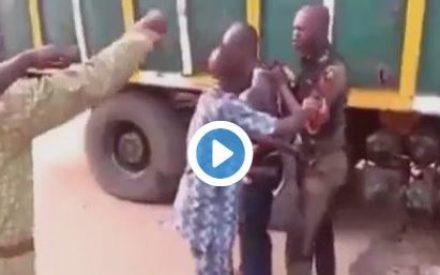 Video : Nigerian Mob Beat Policeman