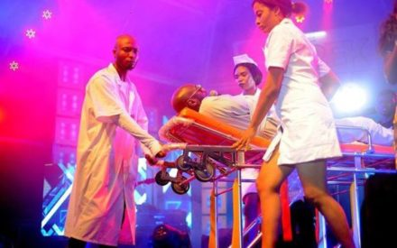 Video : 2face Idibia Wheeled on to the Stage by Nurses for Performance